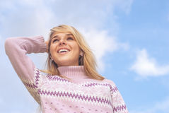 O menina-adolescente contra o céu Foto de Stock