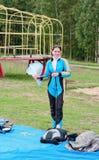 O menina-parachutist que embala um pára-quedas Imagens de Stock Royalty Free