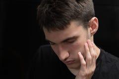 O menino é sofrimento da dor de dente dolorosa Fotografia de Stock
