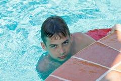 O menino adolescente mergulha e nada na associação Fotos de Stock