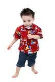 O menino adorável da criança no verão brilhante veste-se com os pés descalços sobre o Whit foto de stock