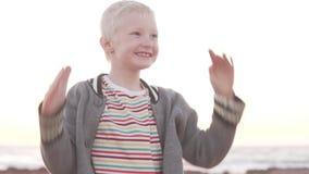 O menino agitado do albino está movendo-se ativamente filme