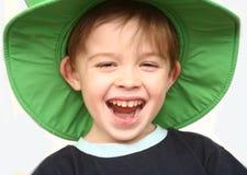 O menino alegre em um chapéu verde Fotografia de Stock Royalty Free