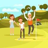 O menino alegre que aponta bater a bola de golfe bateu-a no furo ilustração royalty free