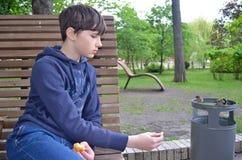 O menino alimenta os pardais Foto de Stock Royalty Free