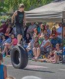 O menino anda no pneu do rolamento na parada