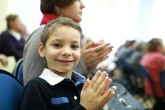 O menino aplaude no teatro fotos de stock