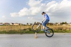 O menino aprecia saltar com seu dirtbike fotografia de stock