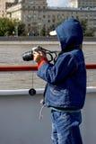 O menino aprende fotografar adiante nele tudo imagem de stock royalty free