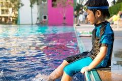 O menino aprende nadar na piscina fotografia de stock