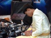 O menino asiático faz um robô na olimpíada do robô Imagem de Stock