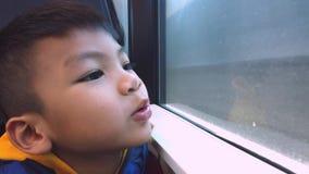 O menino asiático feliz está montando em um trem, viajando a Fuji San video estoque