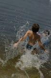 O menino banha-se no rio Dnepr Imagem de Stock Royalty Free