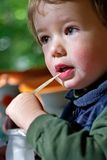 O menino bebe o leite foto de stock