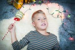 O menino bonito encontra um ano novo Imagem de Stock Royalty Free