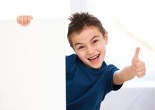 O menino bonito está guardando a bandeira vazia Imagem de Stock Royalty Free