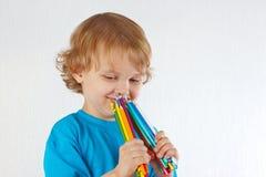 O menino bonito novo guardara lápis da cor fotografia de stock