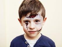 O menino bonito pequeno com facepaint gosta do apocalipse do zombi no hallowe Imagem de Stock Royalty Free