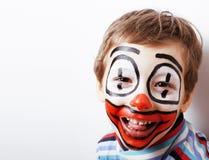 O menino bonito pequeno com facepaint gosta do palhaço, ascendente próximo das expressões pantomimic imagem de stock