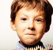 O menino bonito pequeno com lápis da cor fecha-se acima do sorriso, educação f Imagem de Stock Royalty Free