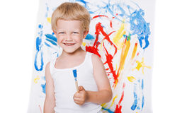 O menino bonito pequeno pinta uma imagem escola pré-escolar Educação creatividade foto de stock royalty free