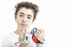 O menino caucasiano guarda o vintage e o cinema 3D moderno googles Fotografia de Stock Royalty Free