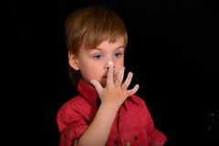 O menino com cabelo louro e olhos azuis, nariz manchado na farinha fotos de stock royalty free