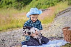 O menino com cachorrinho ronco foto de stock royalty free