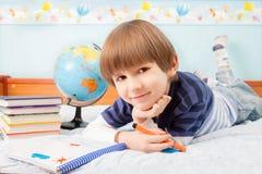O menino com feltros coloridos imagem de stock royalty free