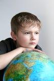 O menino com o globo fotografia de stock royalty free