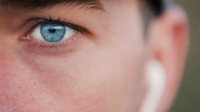 O menino com olhos azuis escuta a música filme