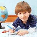 O menino com penas coloridas fotografia de stock