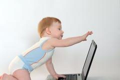 O menino com portátil fotografia de stock