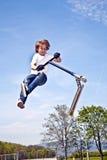 O menino com 'trotinette' está indo transportado por via aérea Imagens de Stock Royalty Free