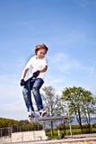 O menino com 'trotinette' está indo transportado por via aérea Foto de Stock