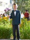 O menino com um ramalhete das cores fotografia de stock royalty free
