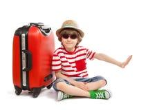 O menino com uma mala de viagem mostra o gesto nenhum Fotografia de Stock