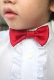 O menino com vermelho curvar-amarra Fotos de Stock Royalty Free