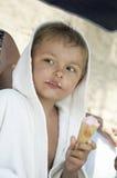 O menino come o gelado Fotografia de Stock