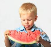 O menino come uma melancia Foto de Stock Royalty Free