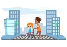 O menino conduz a menina na cadeira de rodas, ajuda a cruz a estrada Fotos de Stock