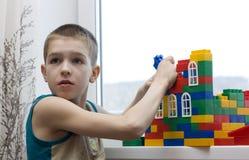 O menino constrói uma casa. Imagem de Stock