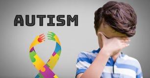 O menino contra o fundo cinzento com autismo e esperança colorida entrega a fita fotografia de stock