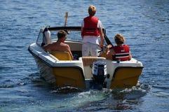 O menino controla os barcos, Noruega Fotos de Stock Royalty Free