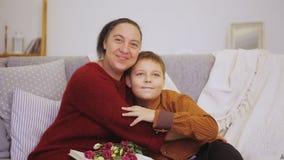 O menino dá flores para serir de mãe