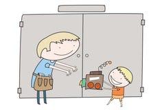 O menino dá o presente handmade a seu paizinho Imagens de Stock