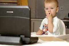 O menino da criança presta atenção à tevê Imagens de Stock