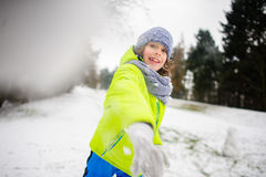 O menino da idade escolar em jogos brilhantes dos macacões do inverno aumenta rapidamente imagens de stock