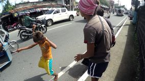 O menino dança como a batida étnica dos homens novos improvisou o cilindro para implorar filme