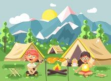 o menino das crianças canta o jogo da guitarra com as escuteiras, acampando na natureza Imagens de Stock
